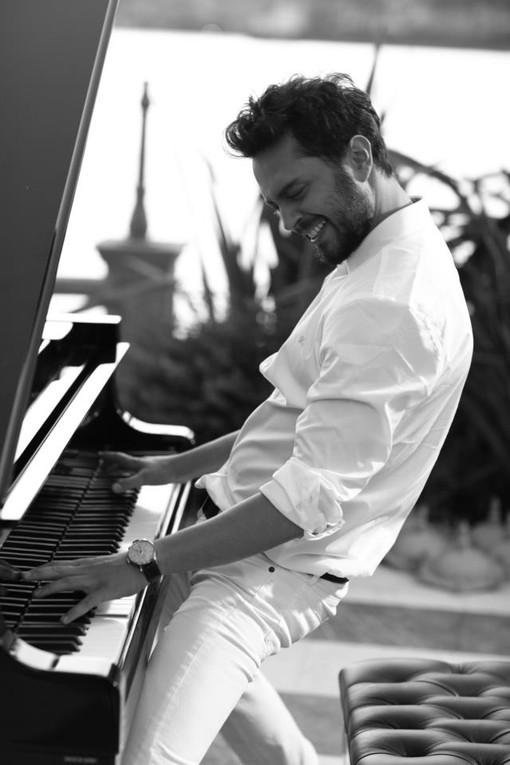 欧美男图弹钢琴的谁有高清大图?