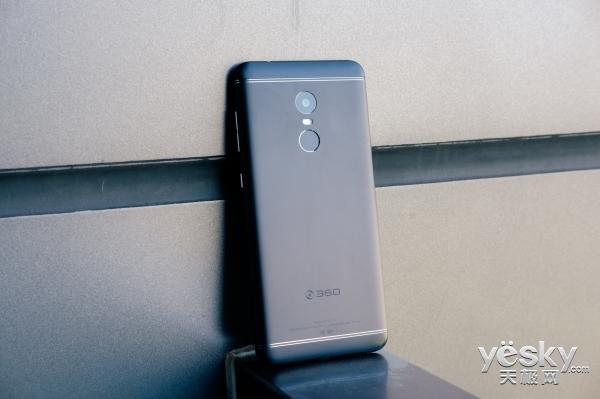 手机的上边框相较前代(n5)收窄了超过35%,并对光线,距离感应器和前置