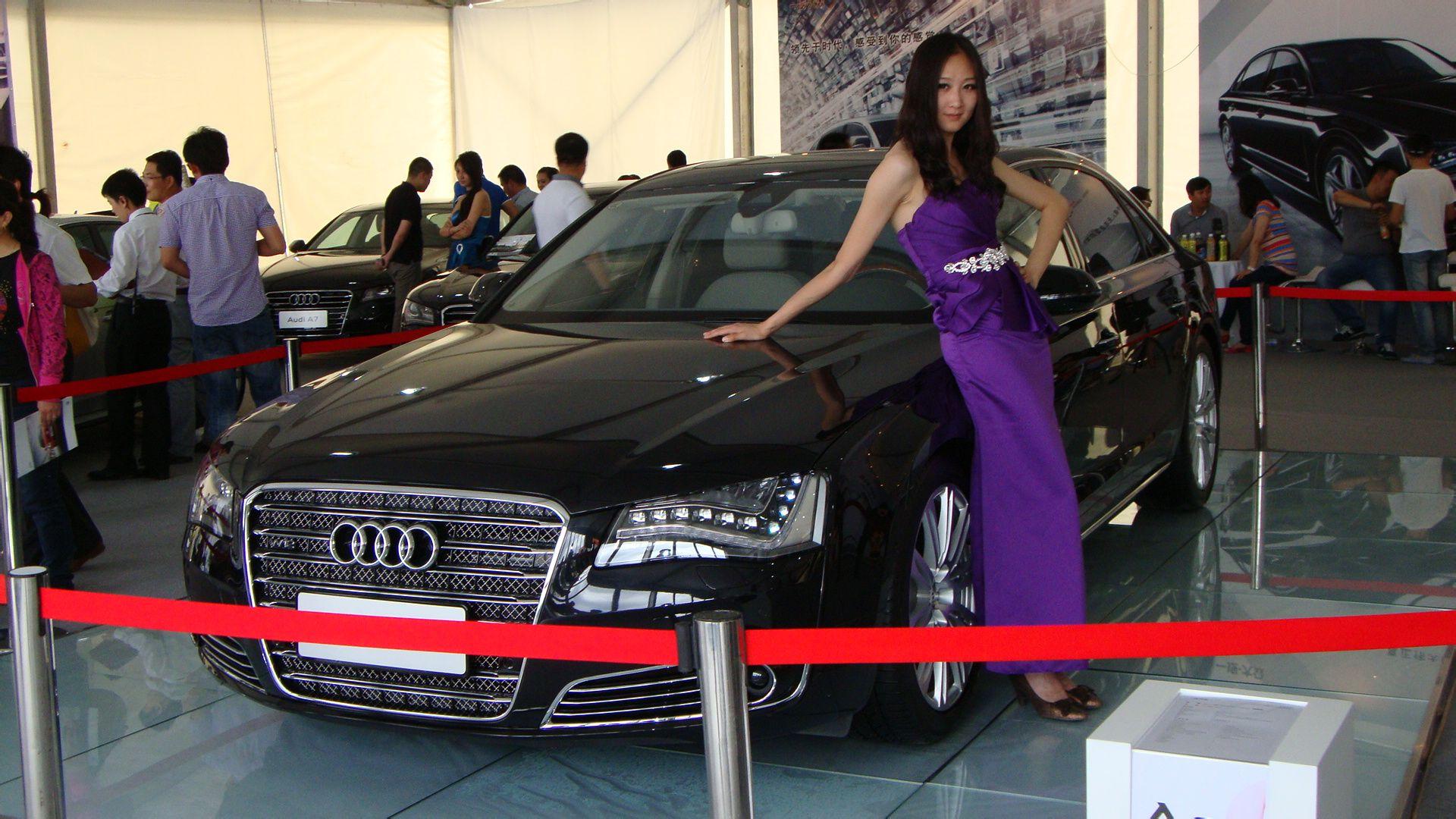 2012年6月1日鄂尔多斯康巴什车展中润锋奥迪展厅a8边上的车模,求详细