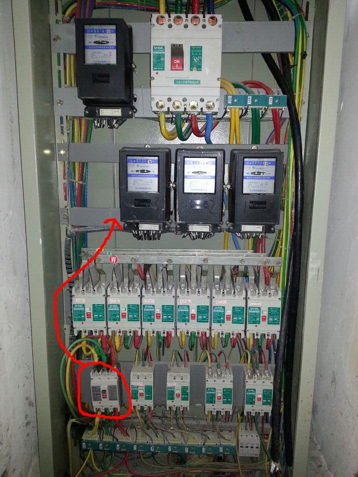 线路是从工厂的电表箱里接出来的,箭头指的那个三项四线电表接到最