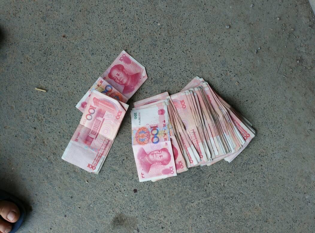 在地上捡到30000多块钱,怎么处理好?