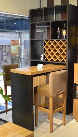 家里现代简约白色系风格,选择北欧风格的黑色和胡桃木色酒柜吧台可以