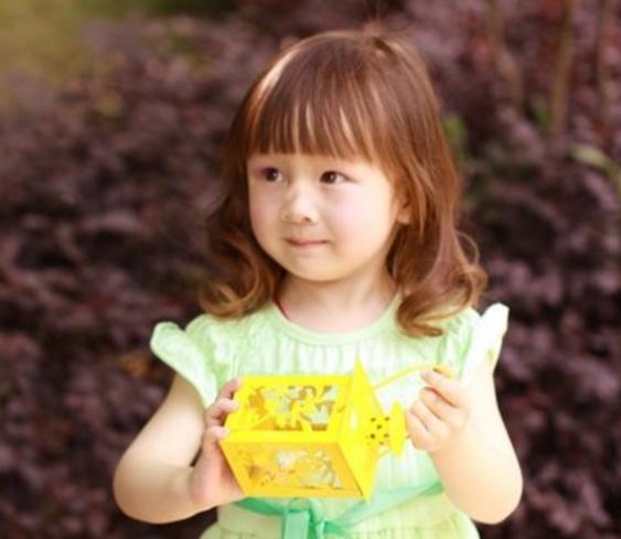 小女孩烫发发型图集: 童真可爱的三岁小女孩梳着自然卷曲的头发,妈妈