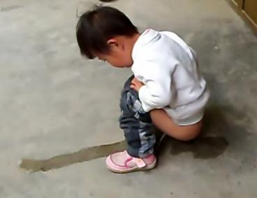 梦见抱着小女孩撒尿