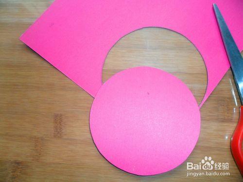然后,用剪刀沿着画好的轨线剪出一个圆形.