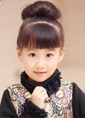下面介绍几款小女孩的扎头发的发型: 清爽大气的花苞头盘发,马上收拾