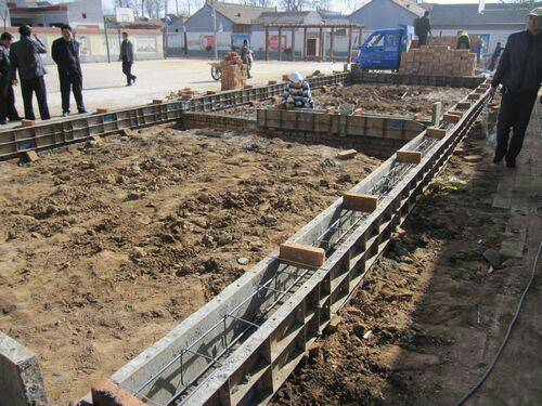 农村自建三层楼房,在浇地基梁时忽然停工三个钟后再续
