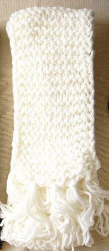 最简单的一种围巾织法: 第一行:第1针 边针不织;(目的是保持围巾二边