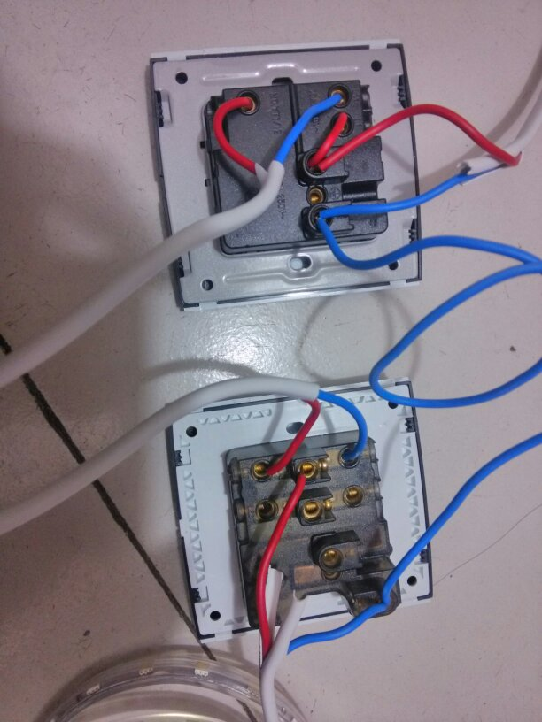 两个双控带插座接线图