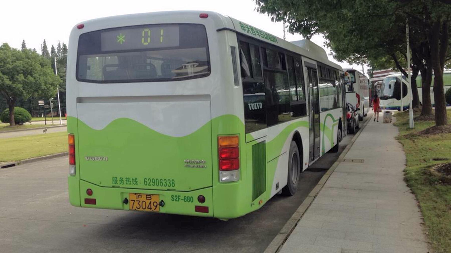 请p图高手将图一中的公交车涂装中绿色部分变成橙色,注意,尾灯和下方