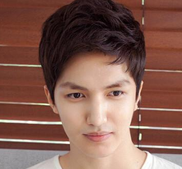 男生额头高适合不适合这个发型 就是把头发竖起来 长脸 谢谢哦!图片