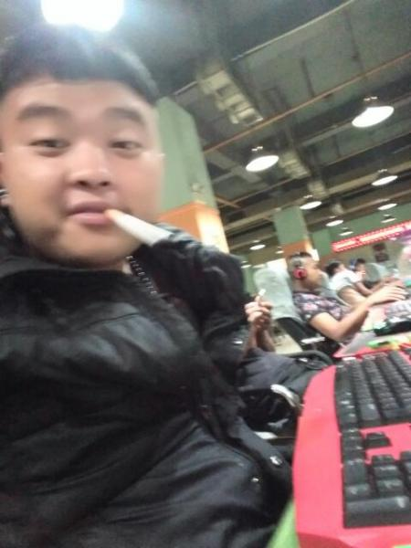 求10张20岁帅气男生的照片,要同一个人,要真实