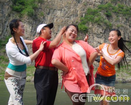 展开全部 辽宁本土演员于小慧最近回到本溪,在电视剧《喜庆农家》中