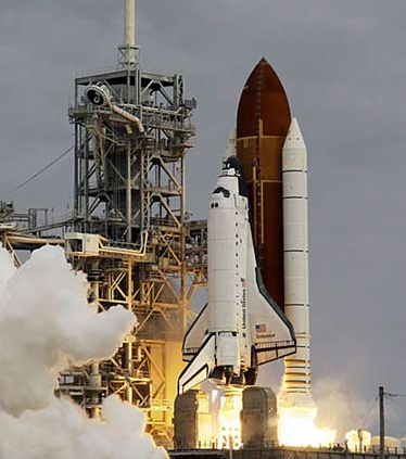 美国发射航天飞机的火箭与中国发射神舟号的火箭相比