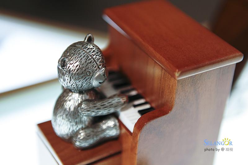 小熊弹钢琴图片