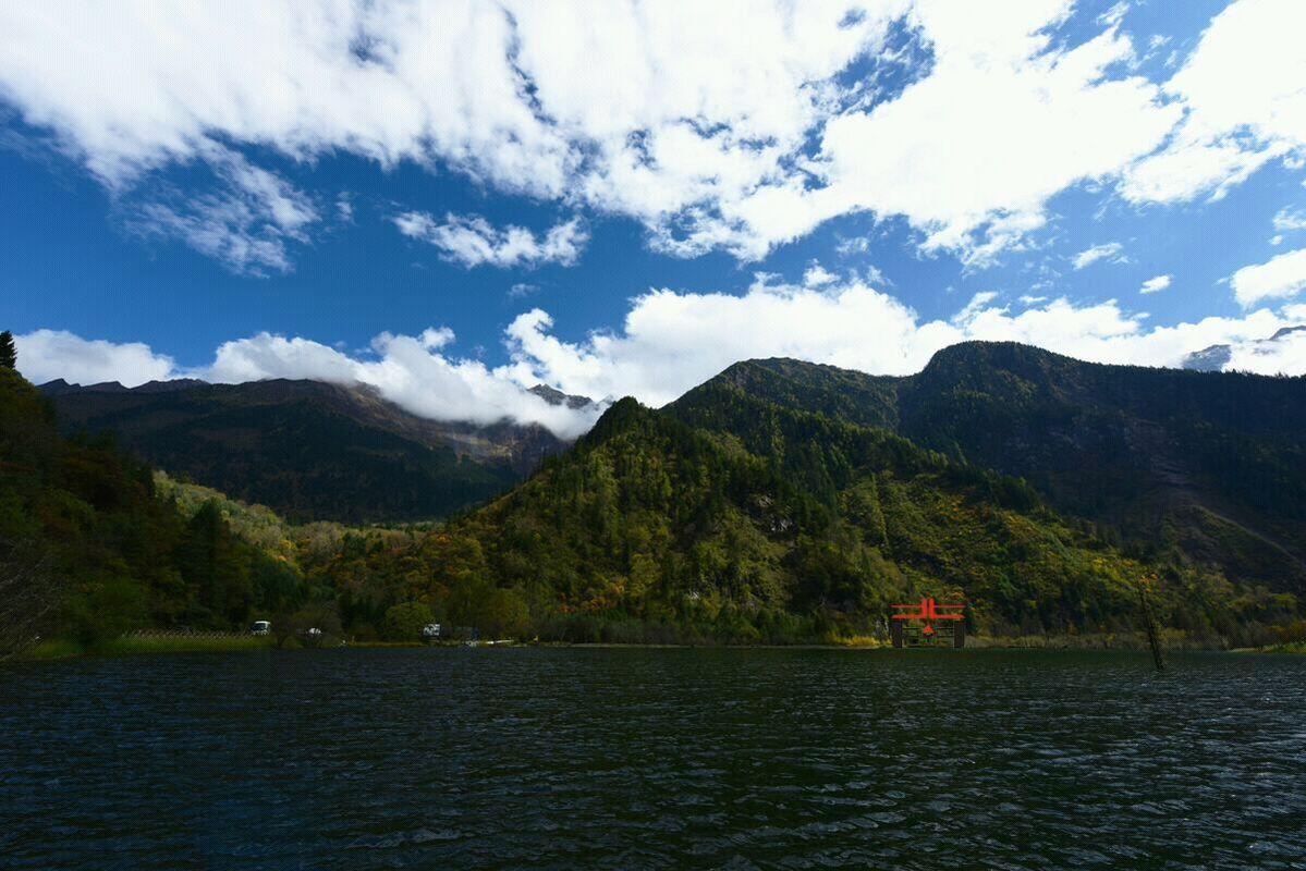 景区入口处的龙王湖.图片
