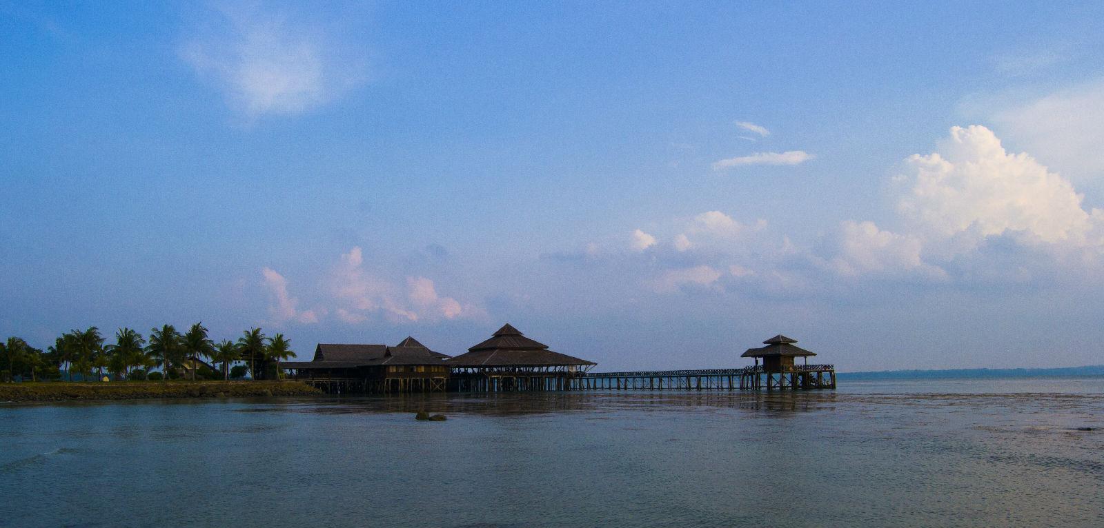 印尼民丹岛 退潮后的海边餐厅,十分宁静.图片
