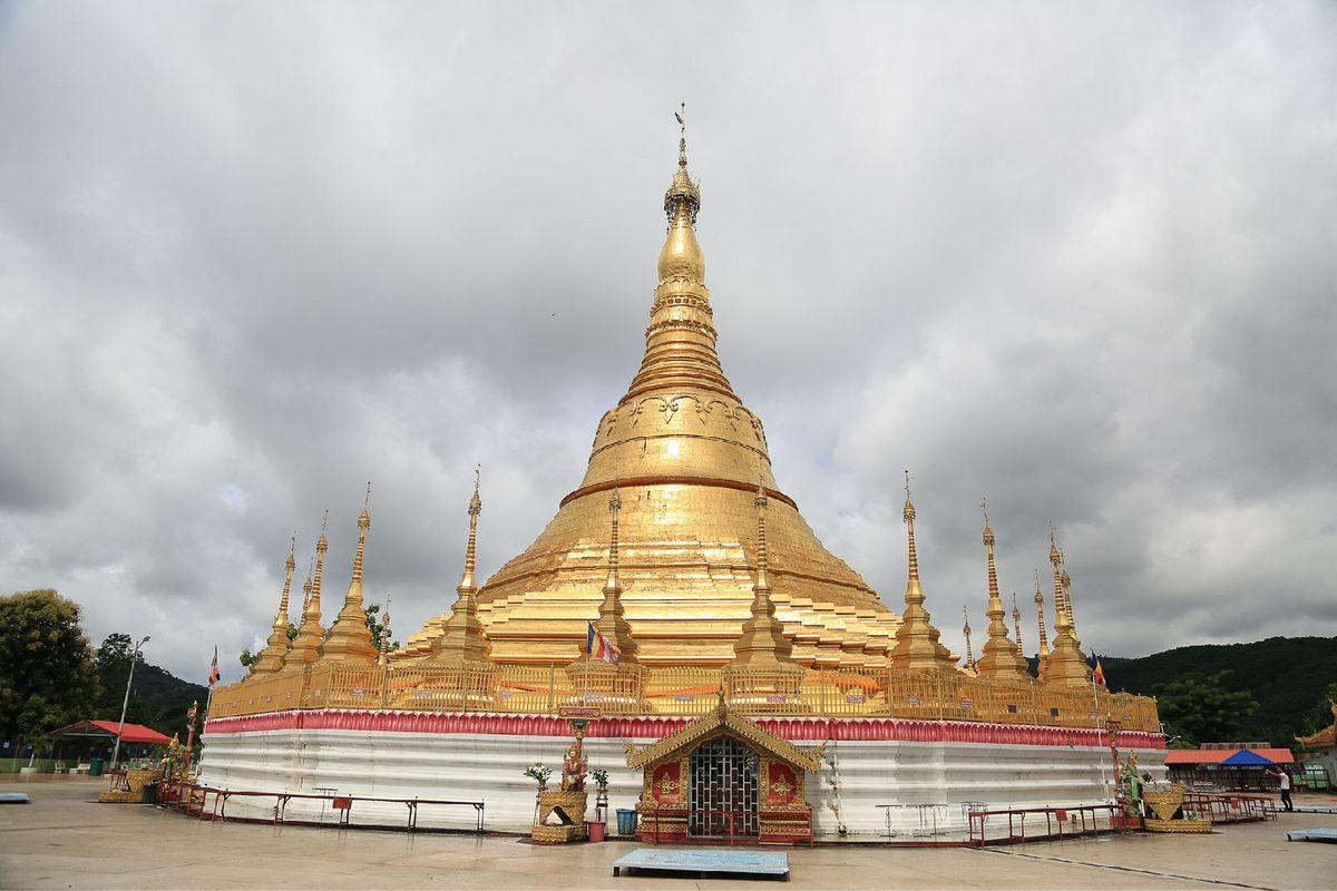 大其力的大金塔很是有名,缅人往佛塔上贴金表示他们对佛祖的敬意.
