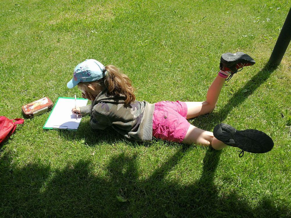 教堂外一群写生的小学生,活泼可爱.图片