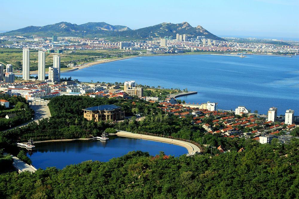 """石岛位于山东胶东半岛东南端,濒临黄海,因""""背山靠海,遍地皆石""""而得名."""