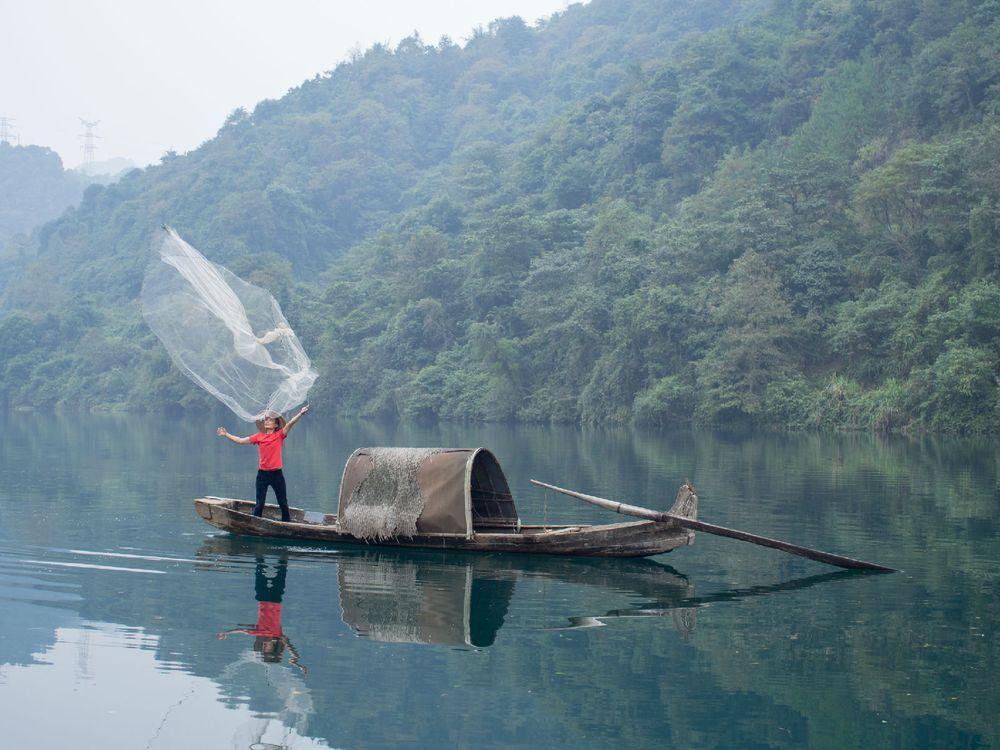 传说中的渔翁撒网图片