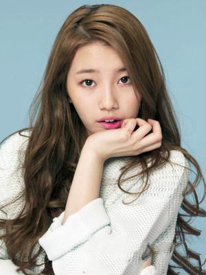 mm们约会必选的一款韩式披肩卷发发型,偏分长卷发发型很适合菱形脸图片