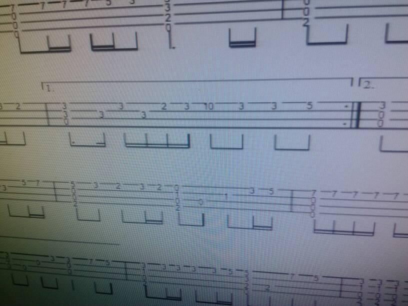 下图尤克里里指弹谱中的和弦要怎么弹,是四个音一起弹,还是慢慢扫弦?
