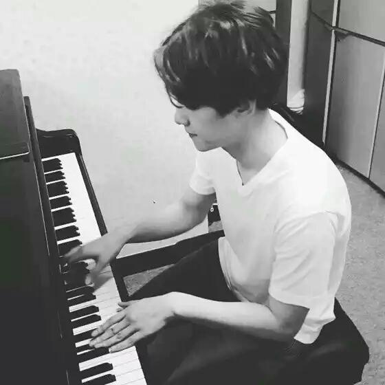 灿白情侣头像弹钢琴