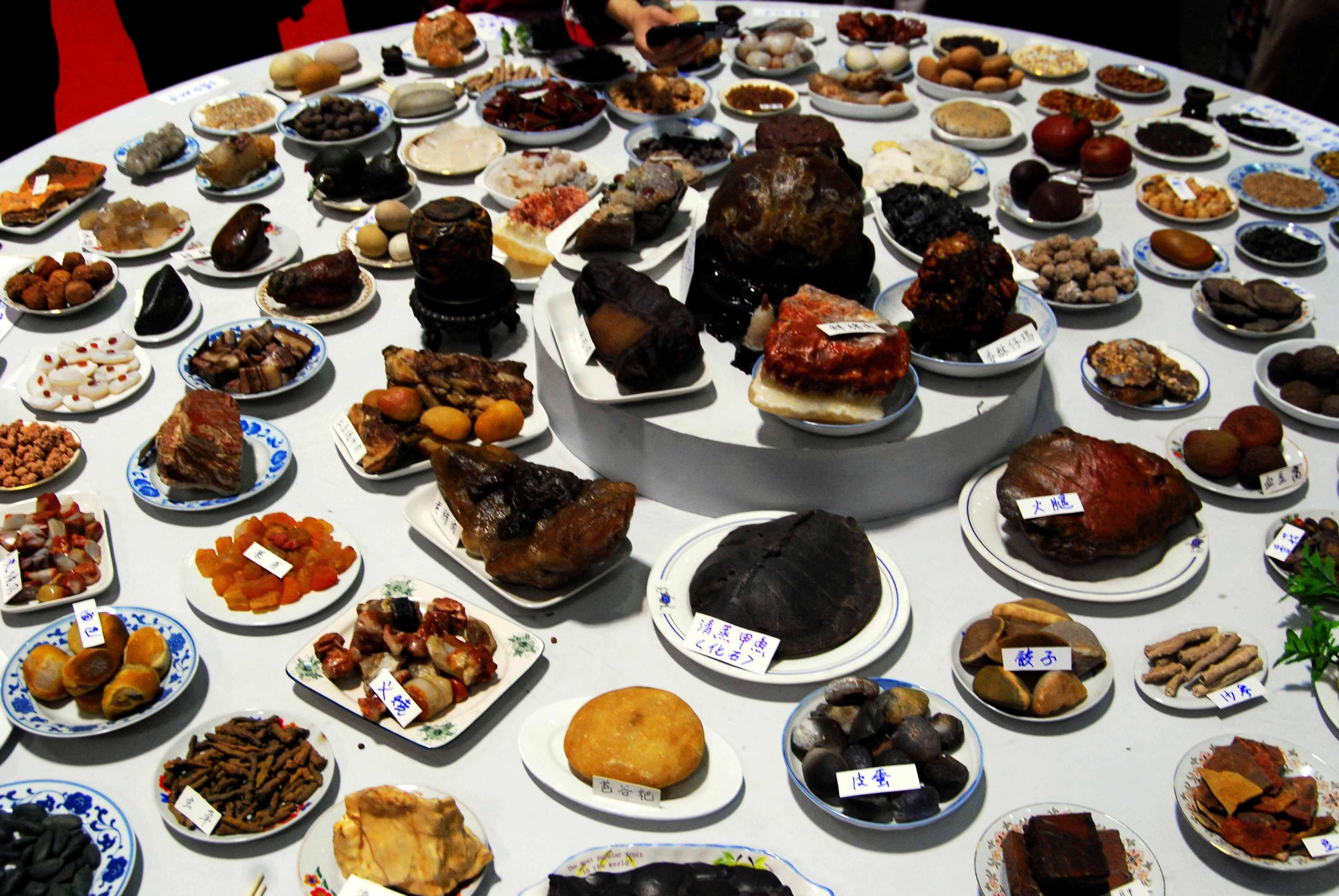 有的装在盘中 型似一道菜 下面这些图片就是奇石宴 像不像满汉全席