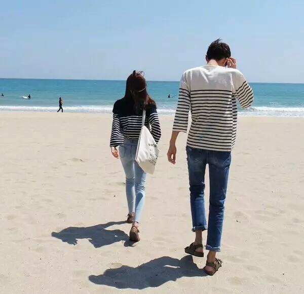 海边双人背影情侣头像,就是坐在海边两个人的背影,最好是靠在一起的