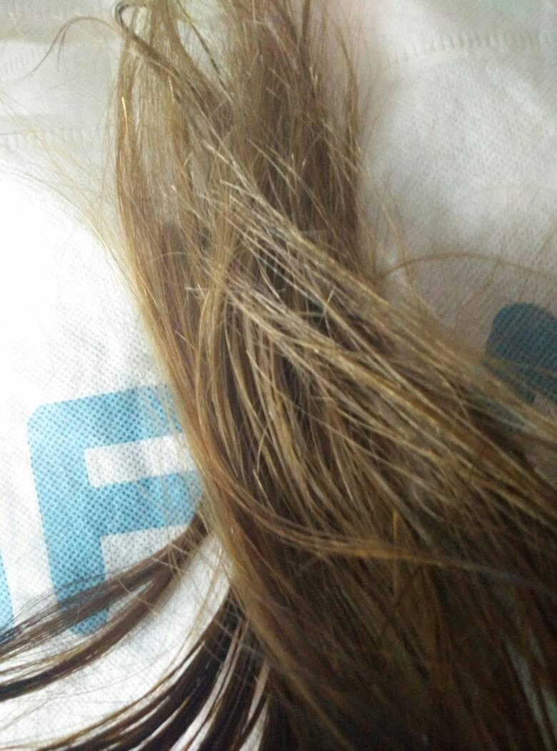 头发昨天刚漂完染灰色没染好变闷青,今天能再去染回黑图片