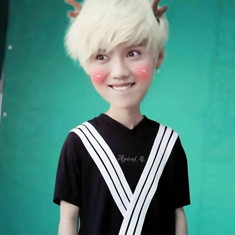 鹿晗银色头发涂鸦绿色小角黑白格子衬衫的高清图片