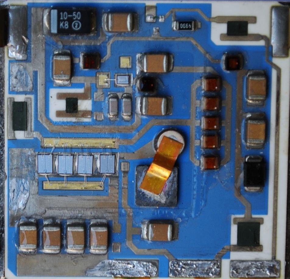 与薄膜混合集成电路相比,厚膜混合集成电路的特点是设计更为灵活、工艺简便、成本低廉,特别适宜于多品种小批量生产。在电性能上,它能耐受较高的电压、更大的功率和较大的电流。厚膜微波集成电路的工作频率可以达到 4GHz 以上。它适用于各种电路,特别是消费类和工业类电子产品用的模拟电路。带厚膜网路的基片作为微型印制线路板已得到广泛的应用。  与薄膜混合集成电路相比,厚膜混合集成电路的特点是设计更为灵活、工艺简便、成本低廉,特别适宜于多品种小批量生产。在电性能上,它能耐受较高的电压、更大的功率和较大的电流。厚膜微波集