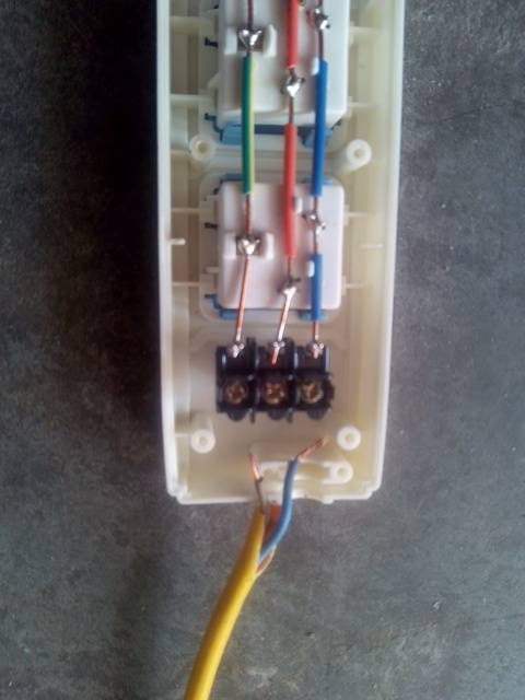 公牛a03插座怎么接线啊颜色对不上,求解