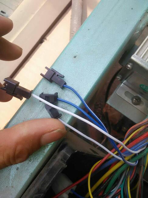 金彭电动三轮车的控制器出来的两根白色的线和蓝白色的花线是干什么的