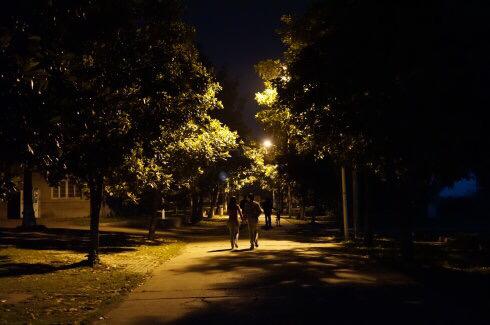 求一张图片,路灯下男孩送女孩回家的背影,男孩赶着单车,女孩望向男生