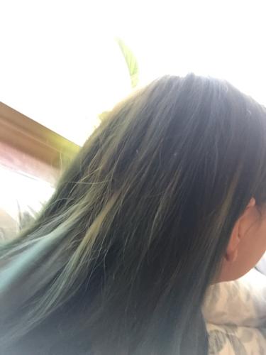我还选了四缕头发,做的褪色,染的天蓝色