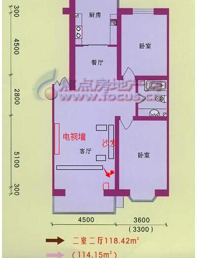 客厅挺大,可以把客厅下方隔断出三分之一和阳台何必做一个小卧室.