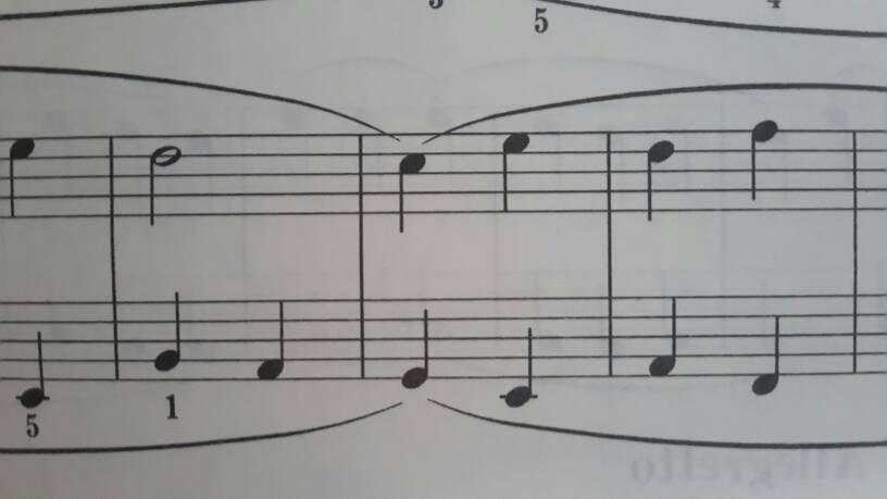 如图,一个音符上有两条连音线,要怎么弹?