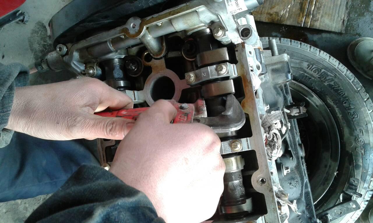 科鲁兹发动机凸轮轴皮带盘固定螺丝怎么拆卸,求大神