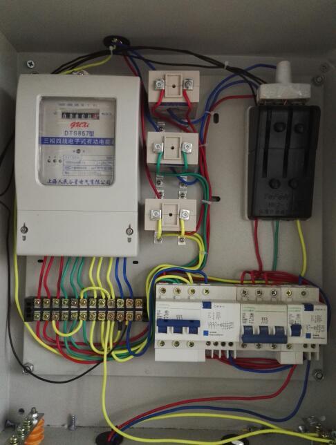 这个电箱按照这个图接线正确吗?为什么装上光管后光管