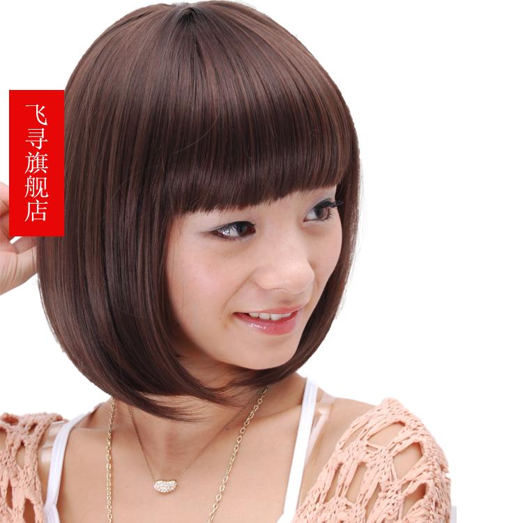 短头发把两旁的脸颊的一点点肉给遮盖住.图片