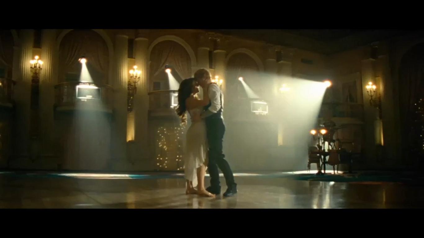 一个外国的mv,全部内容就是一段舞蹈秀,里面的女主角留着金色的头发