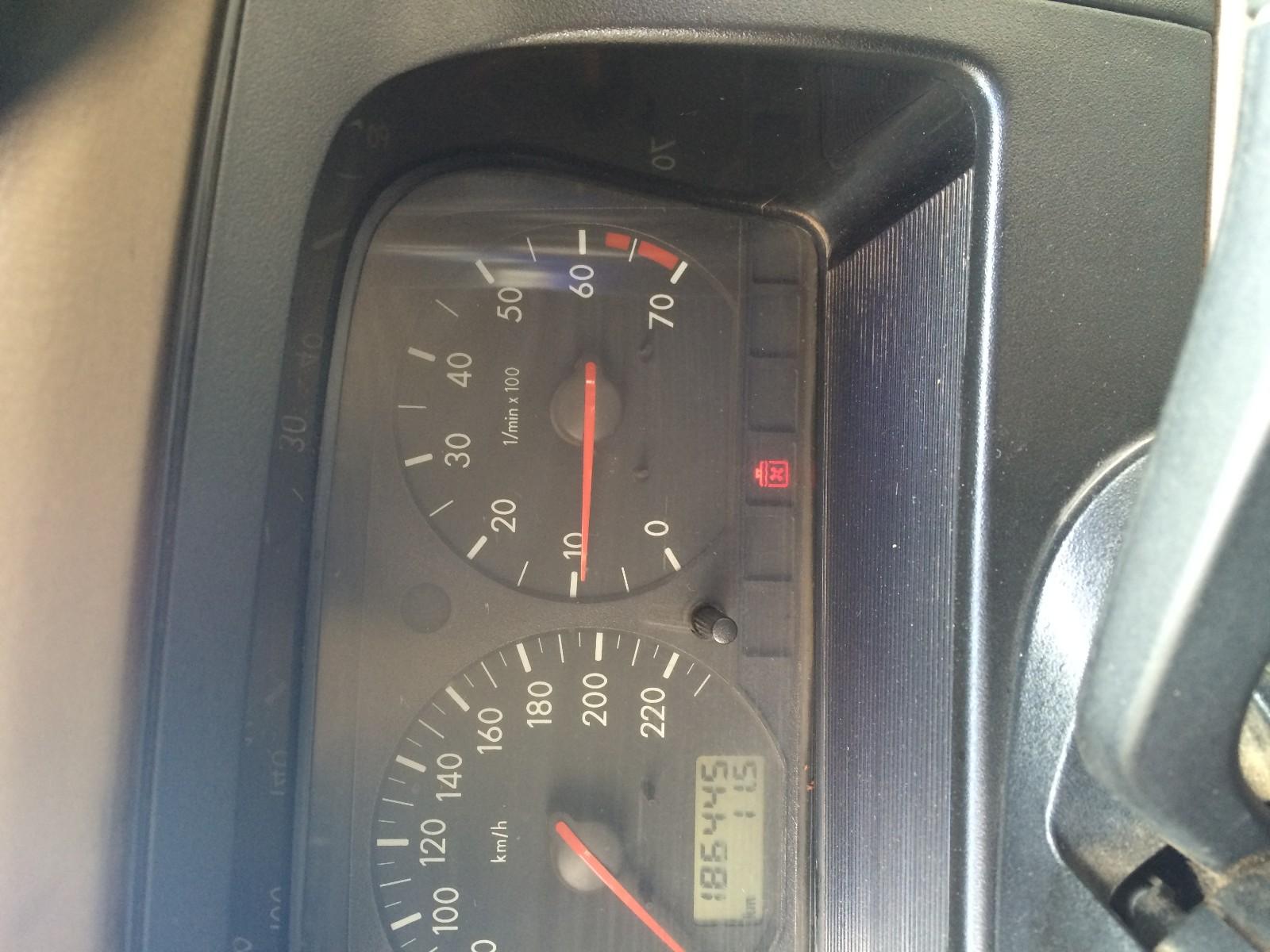 桑塔纳2000自动挡,仪表盘上这个红灯是什么意思?