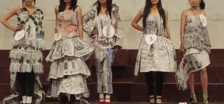 3废旧报纸做服装用同样的方法和步骤制作出裙子等其他款式的服装.