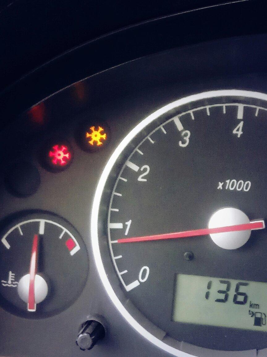 03年老款蒙迪欧 仪表盘上左上角,一个红色和蓝色雪花符号长亮是什么图片