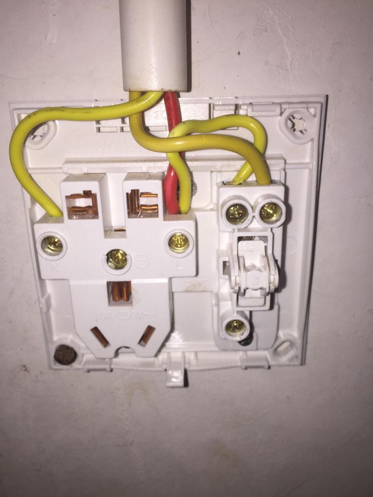 插座带开关接线后为什么五孔有电,而开关控制不