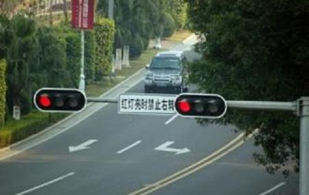 什么情况下圆形红灯右转属于违章?