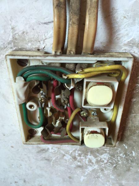 双开五孔插座控制两灯接线图