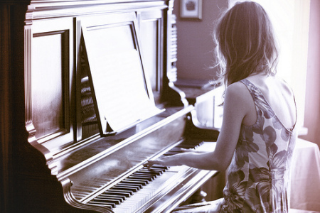求女生弹钢琴的唯美图片,要清晰的,航桑阿米达!